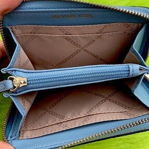 Authentic Michael Kors 🦋 zip wallet